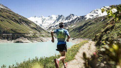 SwissPeaks_Coureur+Route+Lac_1280x800_300dpi